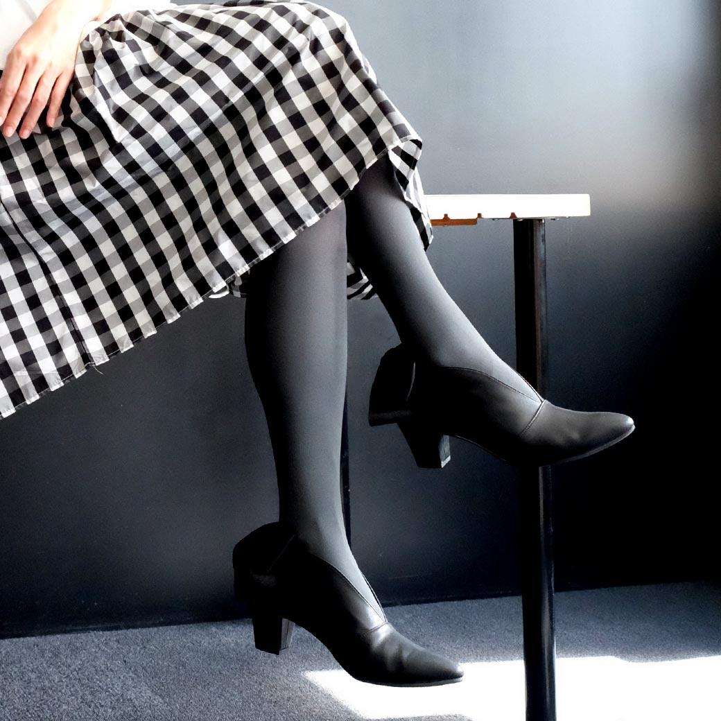 アッパー材はカラータイツや柄タイツ、シアーソックスなど、どんなフットウェアに合わせても相性の良いブラック。