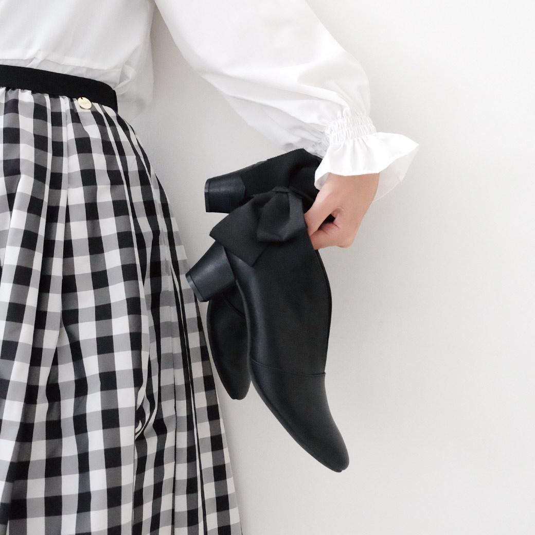 スカートに合わせればクラシカルな美しさを、パンツに合わせればマニッシュな雰囲気に。ゴージャスにもシンプルにも足元を演出できます。
