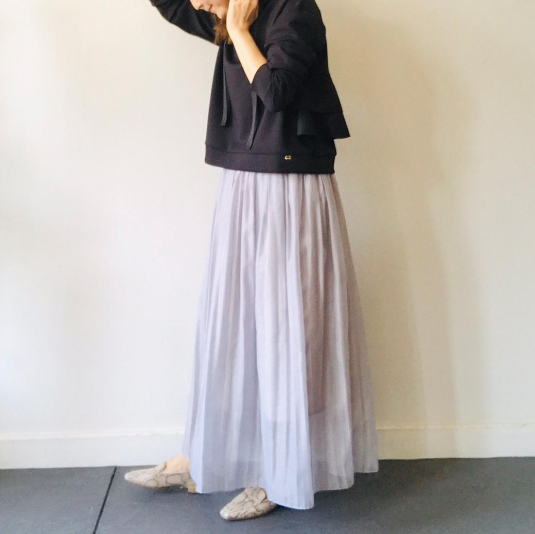 シフォンスカートの甘めコーデの引き締め役に使えるパイソン柄ローファー
