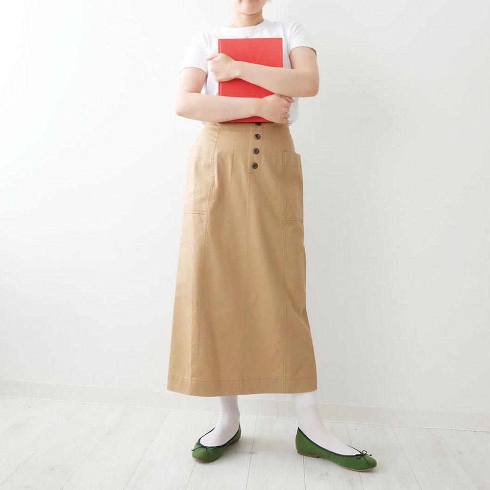 トレンドカラーのグリーンが主張しすぎず、足元に差し色としてプラスすると、いつものコーディネートがぐっと今っぽくなります。