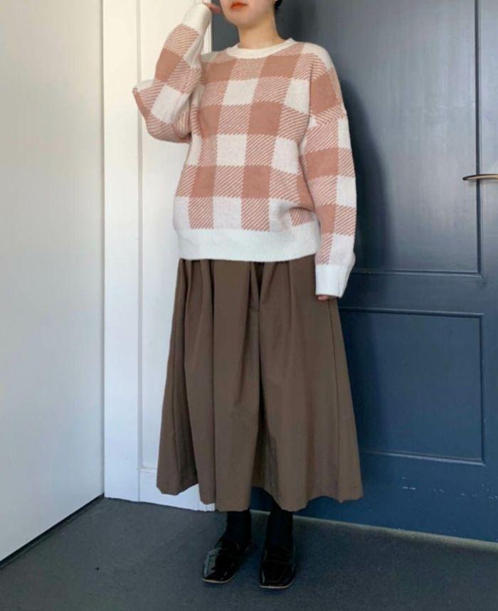 ロングスカートにゆるっと合わせたギンガムニット