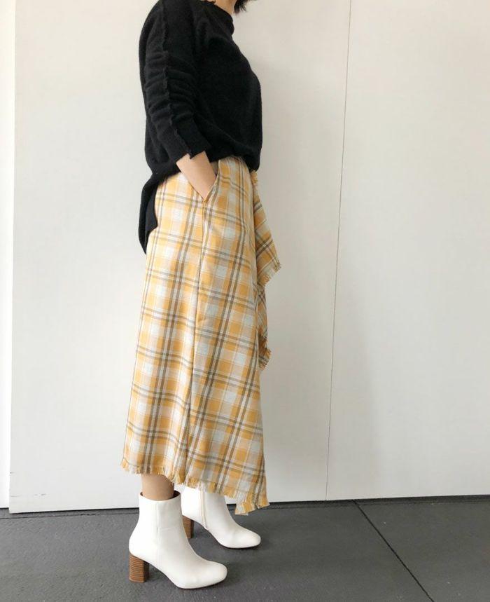 身長159cm オレンジのスカートを黒のニットで大人っぽく