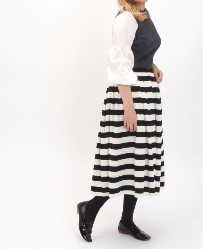 黒の半袖ロゴTにネイビーとベージュのボーダースカート
