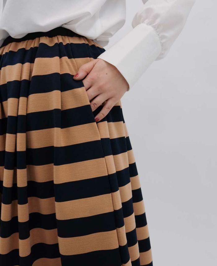 ポケット付きのボーダースカート