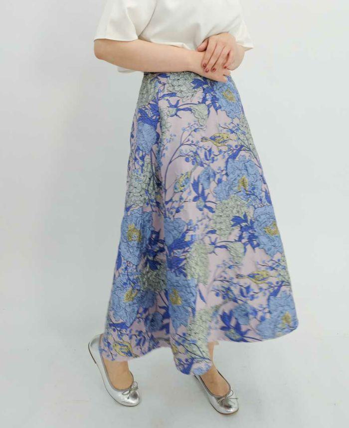 ひざ下丈のフレアスカート