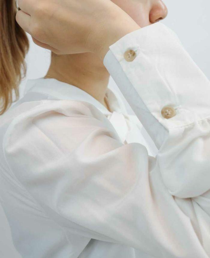 袖のボタンがかわいいホワイトのブラウス