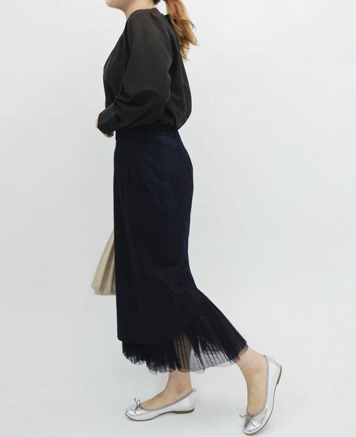 ドレープ素材のブラックの長袖ブラウス