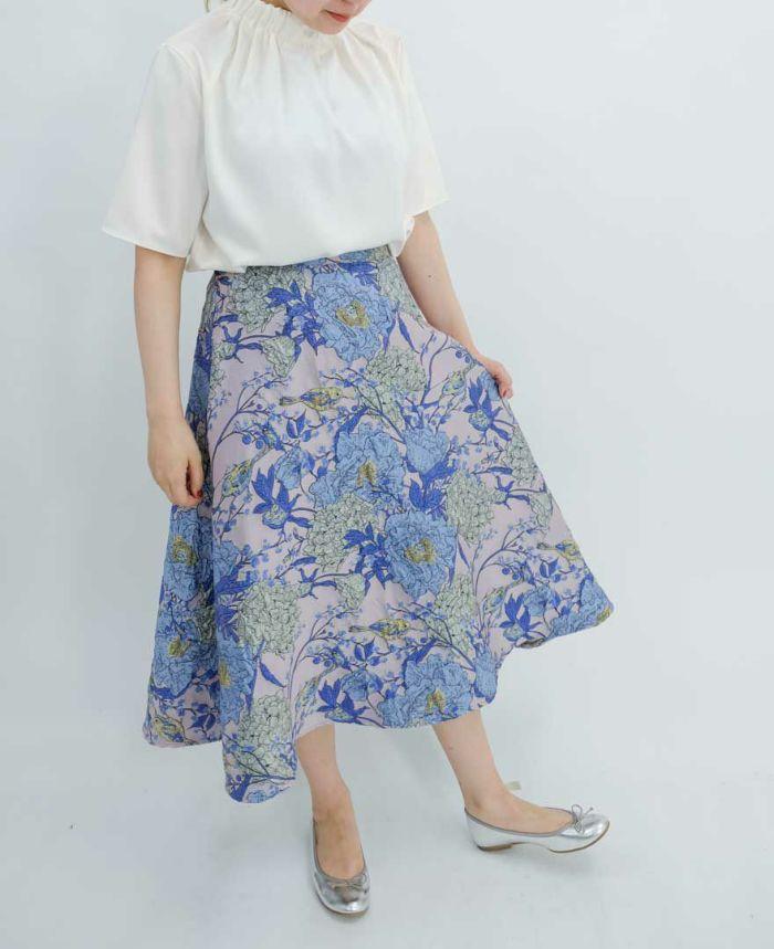 ホワイトのブラウスとブルーの花柄フレアスカート