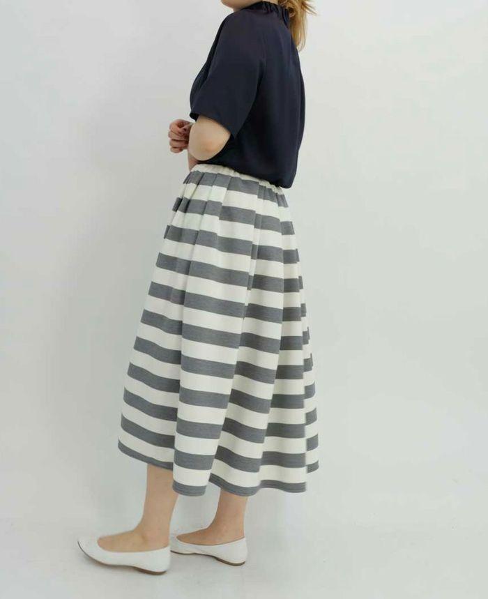 ネイビーの半袖ブラウスとミモレ丈のボーダースカート