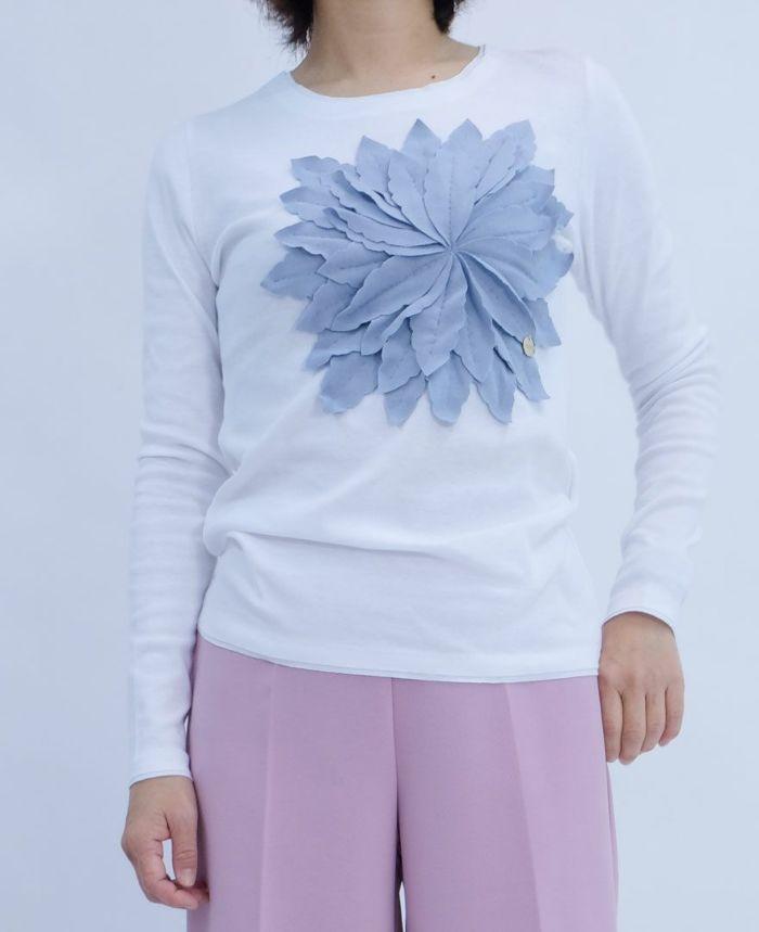 白のTシャツに水色のお花アップリケ