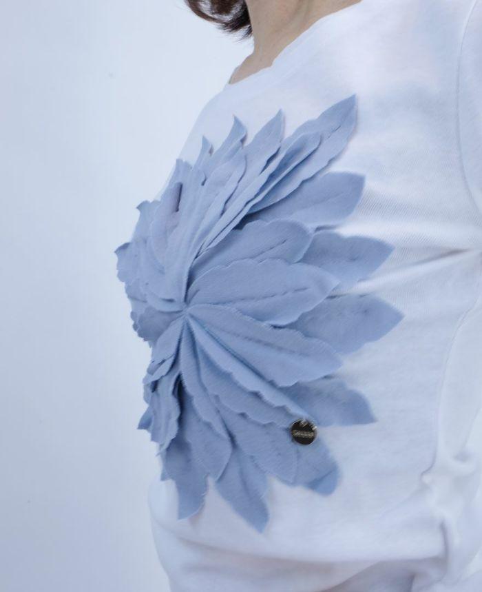 花びらが立体的なデザインTシャツ