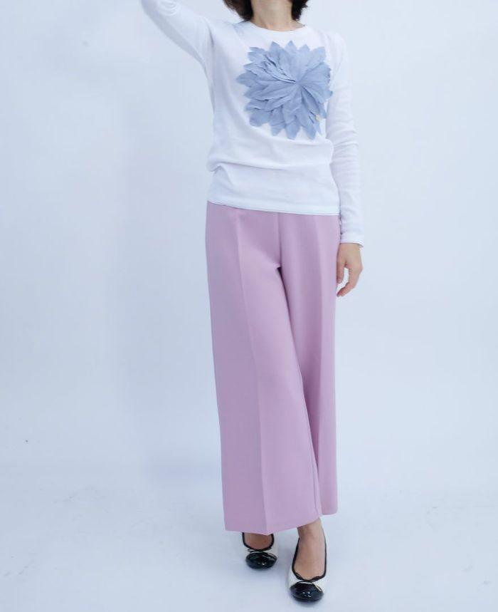 白×ブルーのお花アップリケTシャツにピンクのワイドパンツをコーディネート