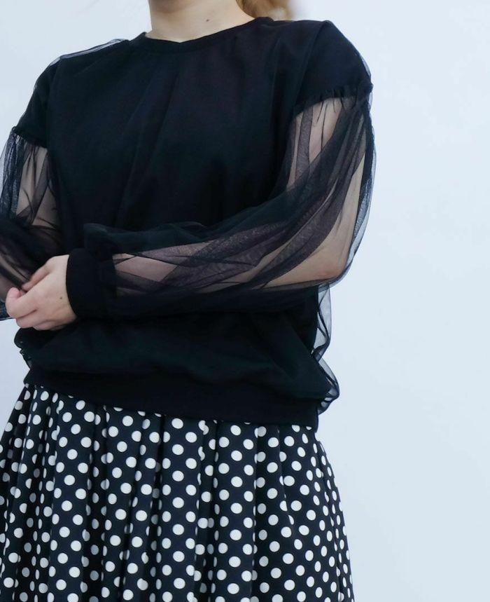 ベージュのチュールトップスとブラックのスカートをコーディネート