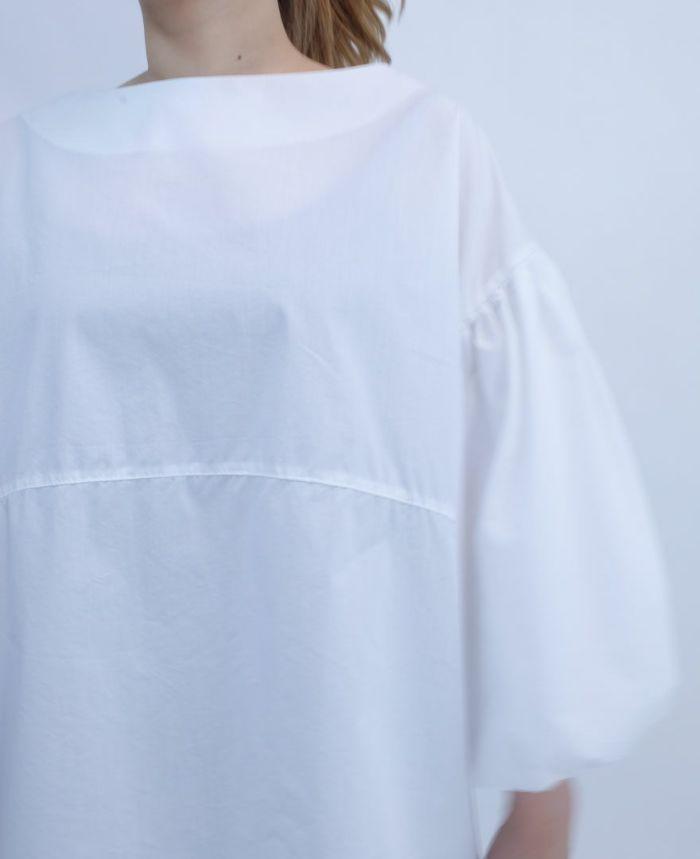 胸の下から切替になったデザインの白ブラウス