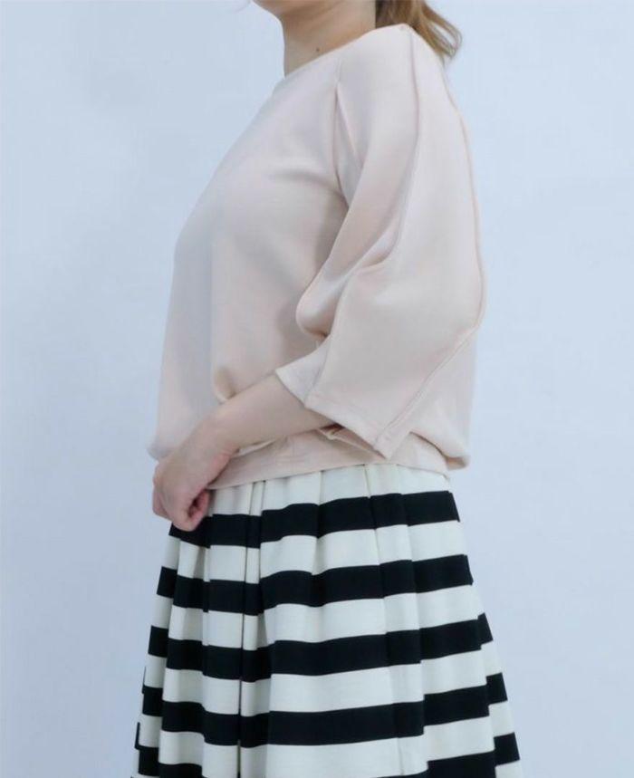 ベージュの袖ぽわんトップスに神戸山の手ボーダースカートをコーデ