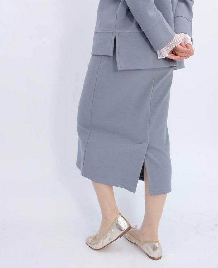 バックにスリットの入ったセットアップのタイトスカート