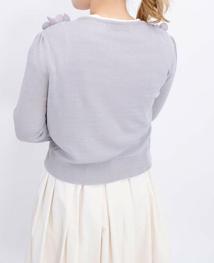 薄いグレーのフラワーカーデにアイボリーの山の手スカートをコーディネート