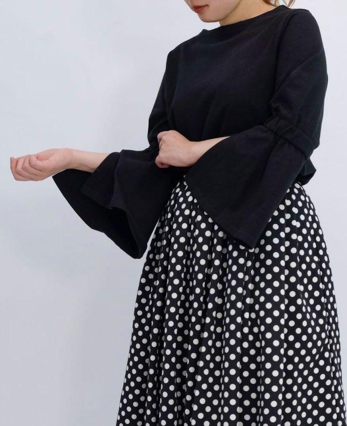 ブラックの袖フレアカットソーに黒のドットスカートをコーディネート