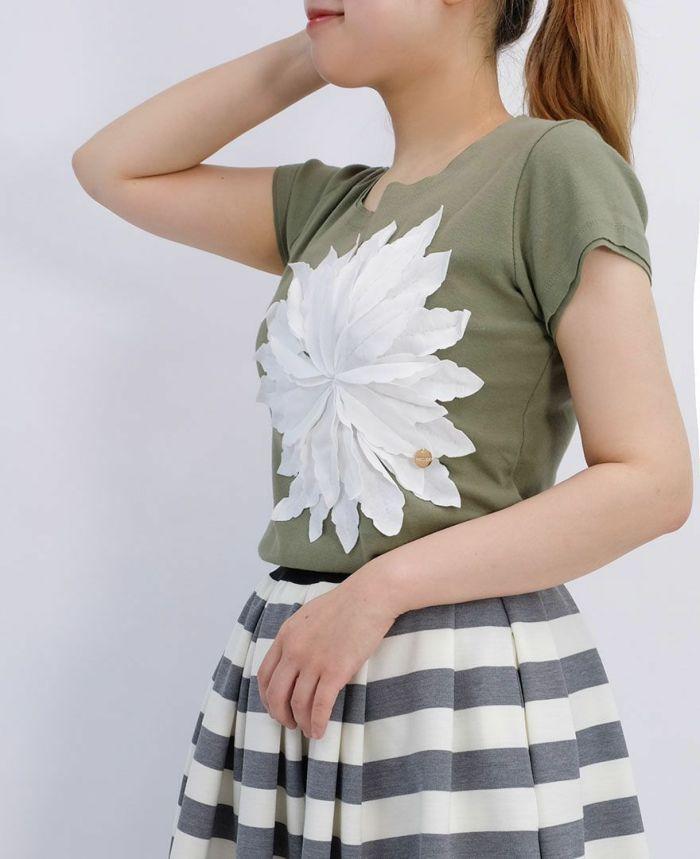 カーキに白のp花アップリケがついた半袖Tシャツ