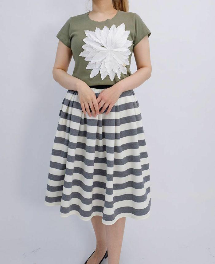 カーキのお花アップリケTシャツにグレーのボーダースカートをコーディネート