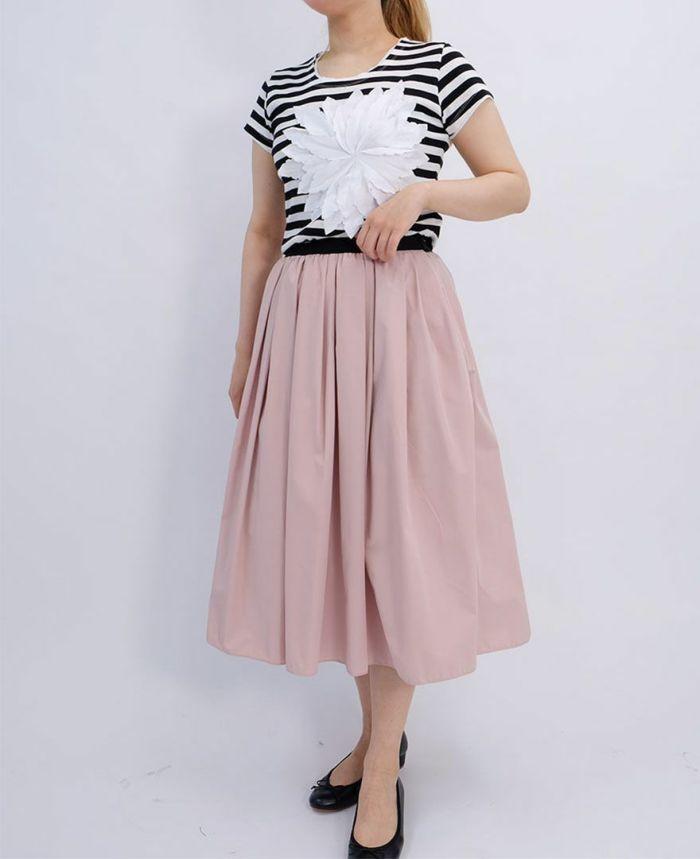 ボーダーのお花アップリケTシャツにピンクの山の手スカートをコーディネート