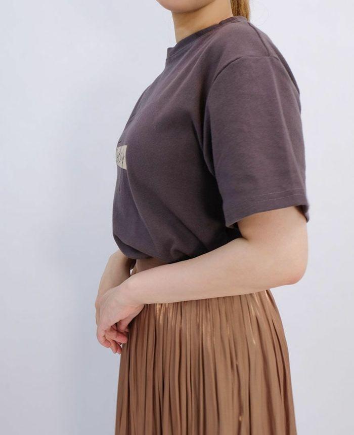 グレーのレタードTシャツにゴールドのギャザースカートをコーディネート