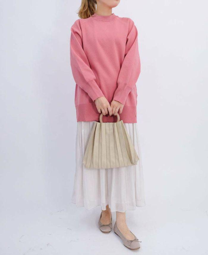 ピンクのニットとシルバーのマキシスカートにベージュのギャザーバッグをプラス