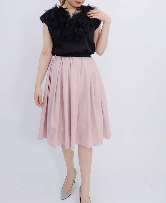 ブラックのチュールUネックフレンチスリーブブラウスにライトピンクの山の手スカートをコーディネート