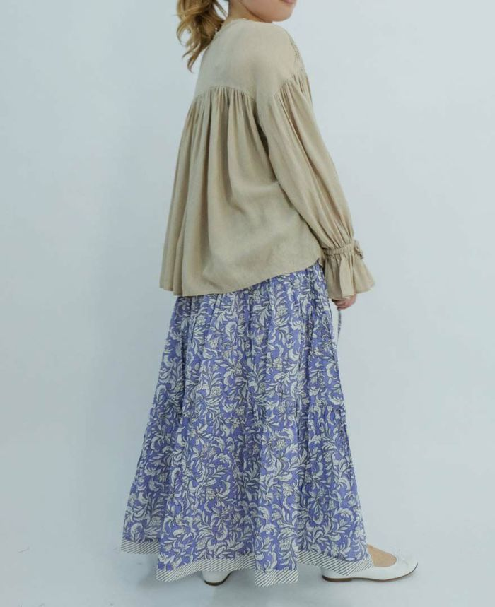 ベージュのブラウスにボタニカルプリントティアードロングスカートをコーディネート