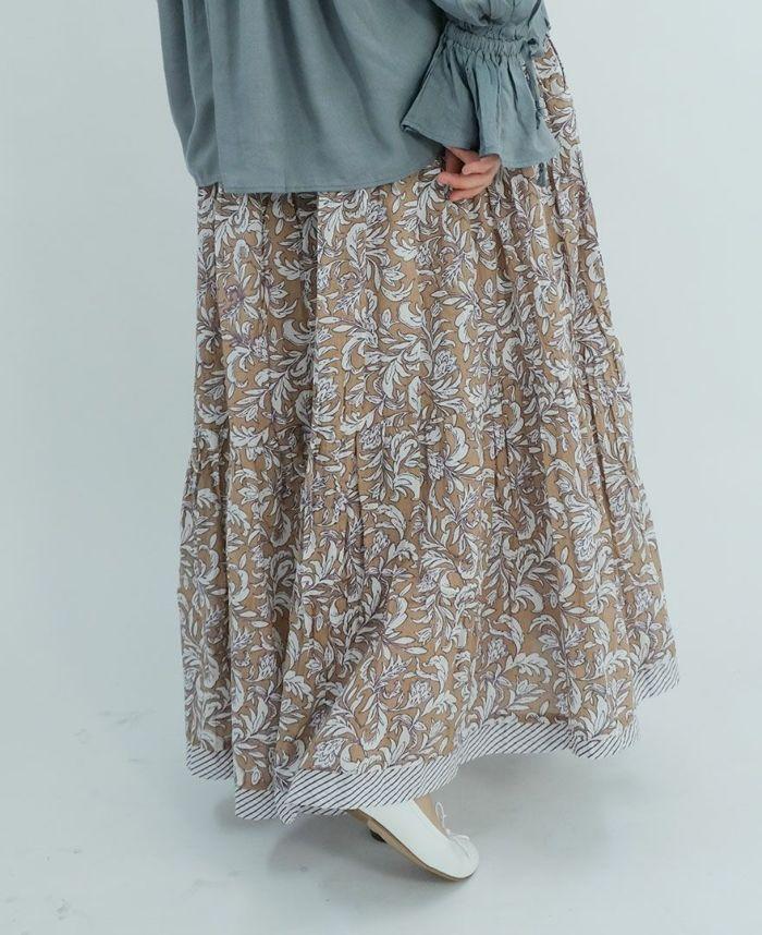 ブルーのブラウスにベージュのボタニカルプリントスカートをコーディネート