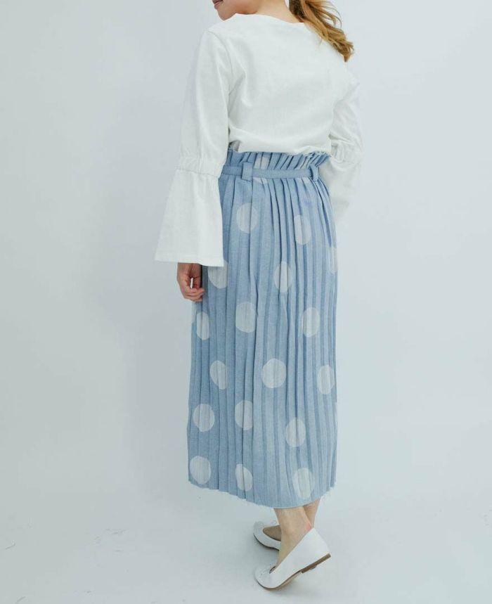 ホワイトのTシャツとドットデニムプリーツスカートをコーディネート