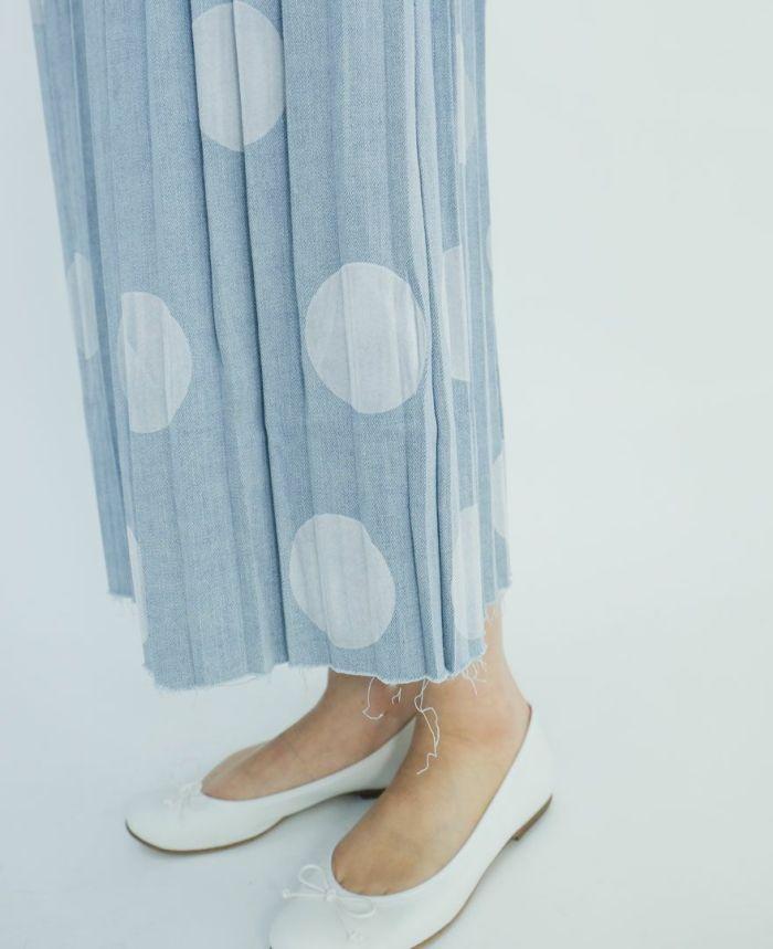 ホワイトのバレエシューズをドットデニムプリーツスカートにコーディネート