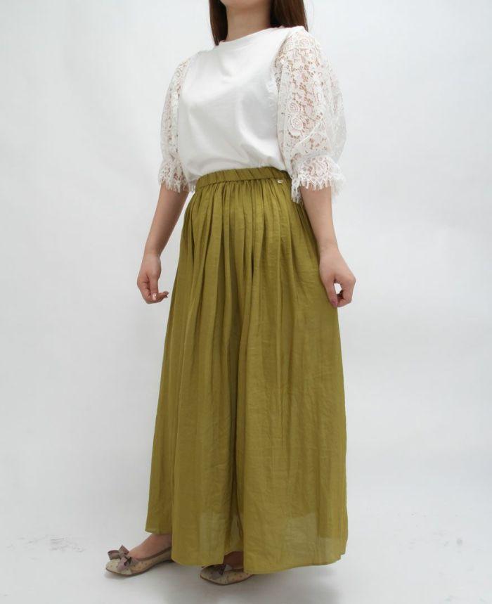 ホワイトのフラワーレース5分袖Tシャツをグリーンのギャザーマキシスカートでバランスよくコーディネート