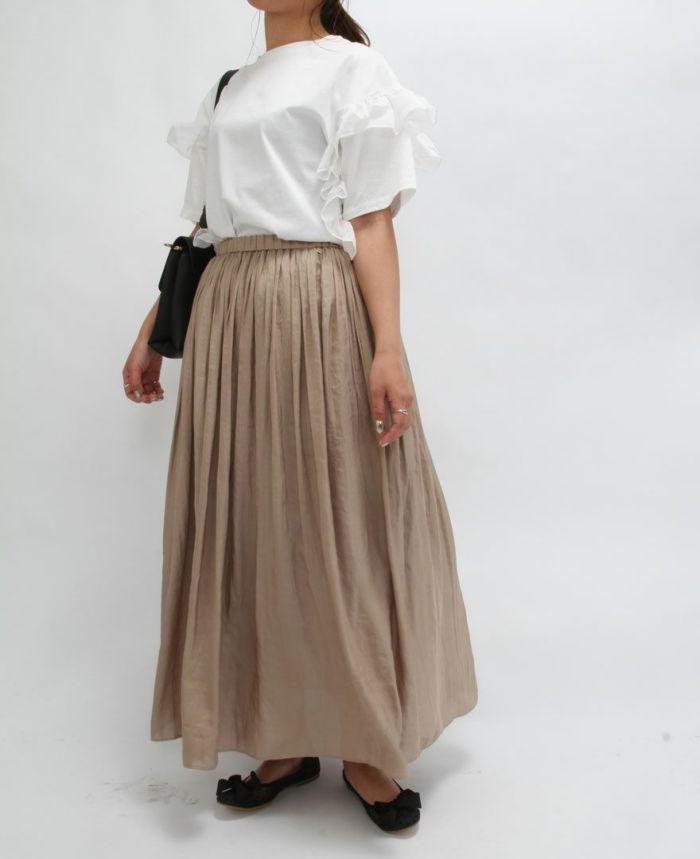 べーズのギャザースカートとサイドフリル半袖Tシャツをコーディネート