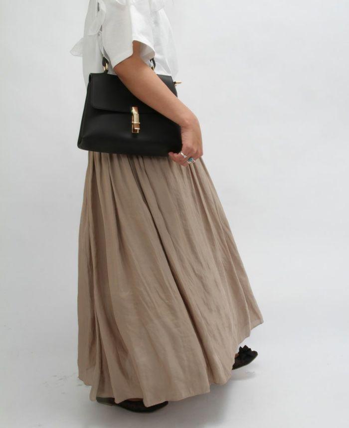 エコレザーハンドショルダーバッグのブラックをベージュのギャザースカートとコーディネート