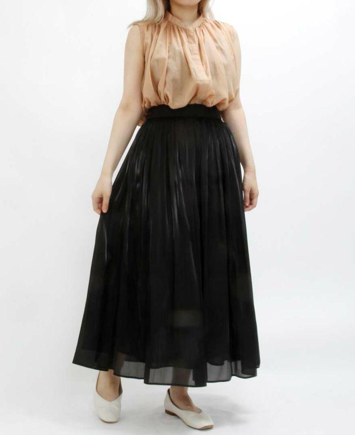 ベージュのコットンローンバンドカラーノースリブラウスにブラックのギャザースカートを大人っぽくスタイリング