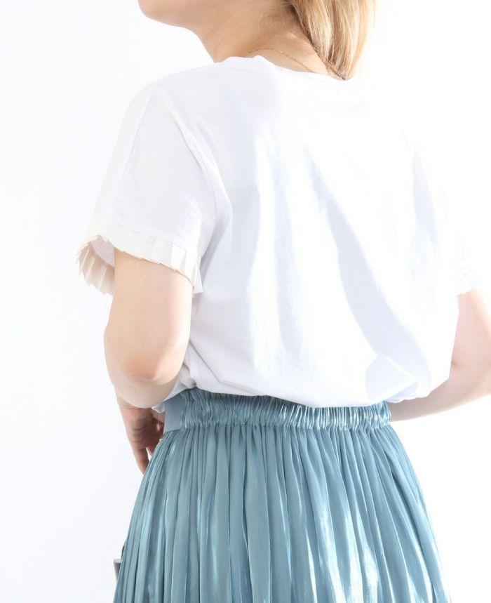 ホワイトのミニプリーツスムースタッチカットソーをスカートにイン