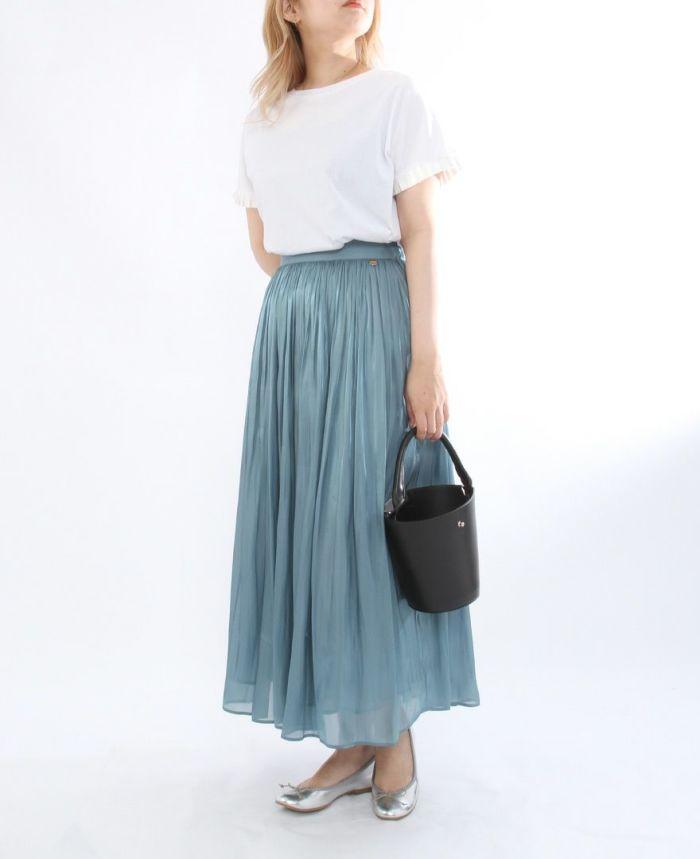ホワイトのミニプリーツスムースタッチカットソーにモスのシャイニーギャザースカートをコーデ