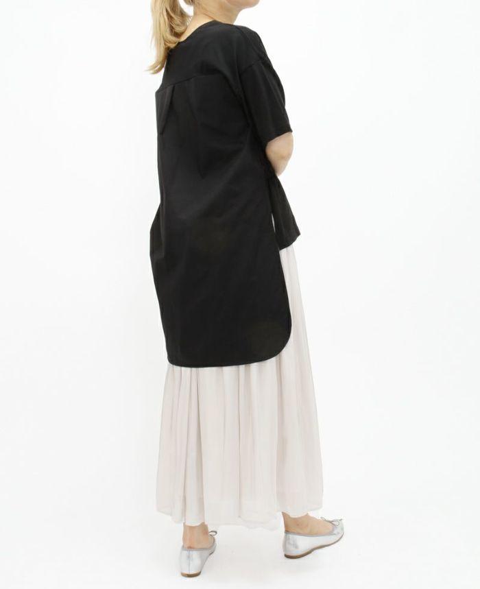 シャーリングバックロングトップス ブラックにシルバーのギャザースカートをコーデ