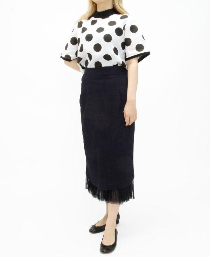 ブラックのグログランリボンドットカットソーにデニムのタイトスカートを合わせてすっきりコーディネート