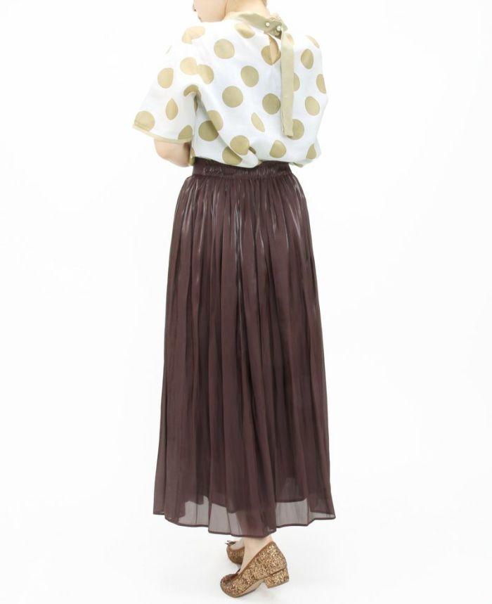 ベージュのグログランリボンドットカットソーをスカートにインしてスタイルアップ