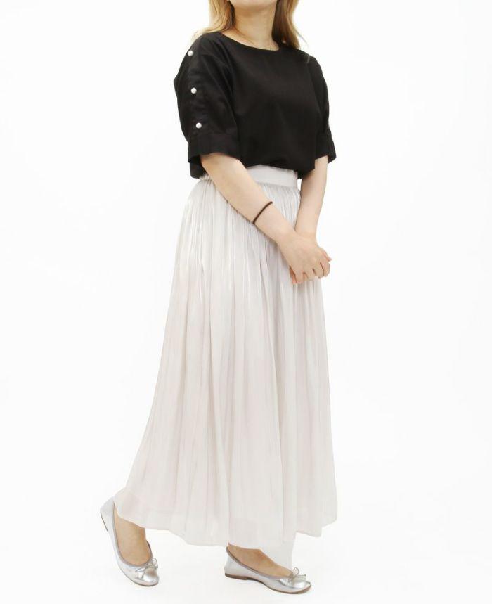 ブラックのショルダーパールデザイントップスにホワイトのギャザスカートで大人っぽく