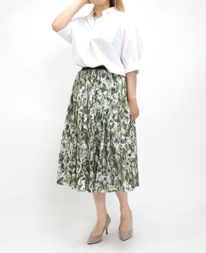 ホワイトの半袖スキッパーブラウスにカーキのマーブルスカートをコーデ