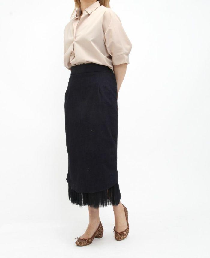 ベージュのネイビーの半袖スキッパーブラウスにデニムのタイトスカートをコーデ