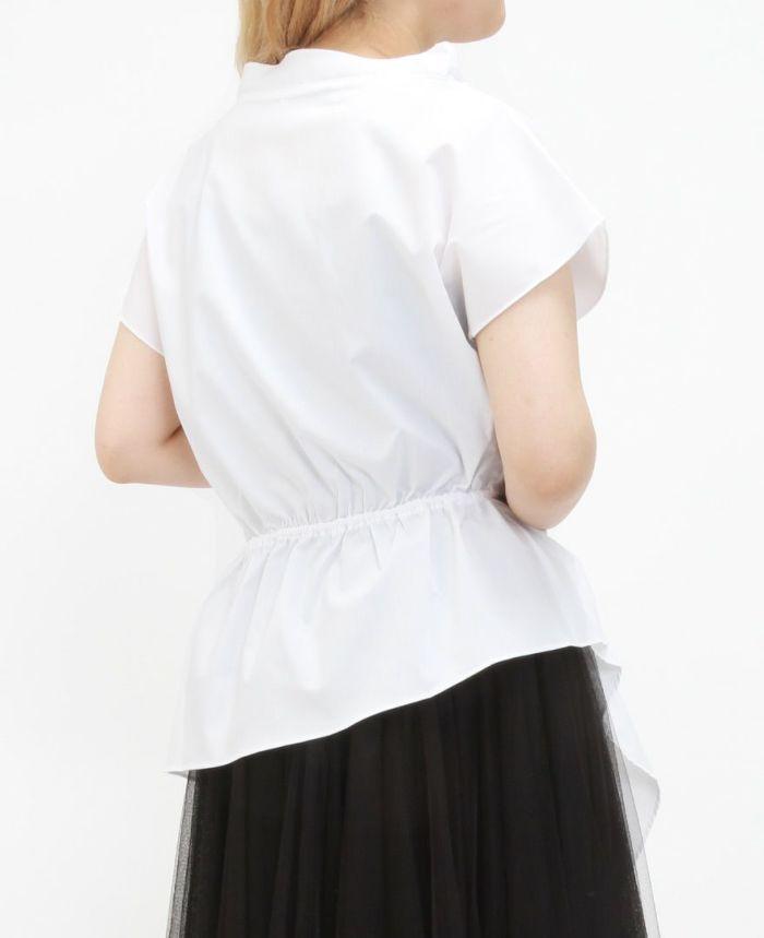 ホワイトのフレンチスリーブアシメヘムブラウスにブラックのチュールスカートをコーデ