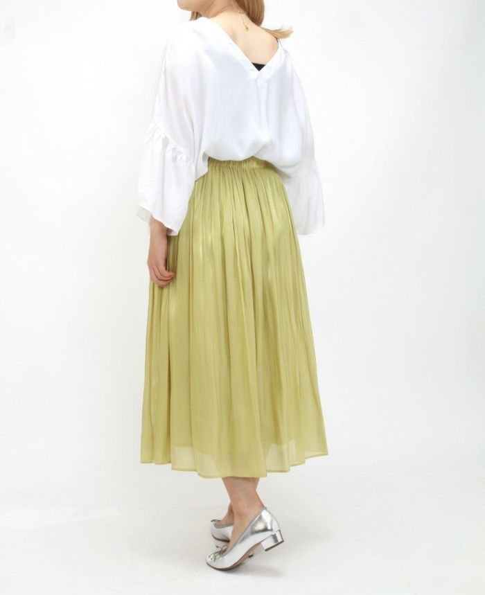 ホワイトのシャーリングスリーブVネックブラウスにシトロンのギャザースカートをコーデ