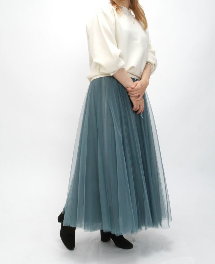静電気防止ぽわん袖ニットのホワイトとブルーのチュールスカートで冬のフェミニンコーデ