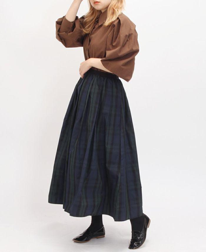神戸・山の手タータンスカート マキシ丈にクラシカルなブラウスを合わせたコーデ