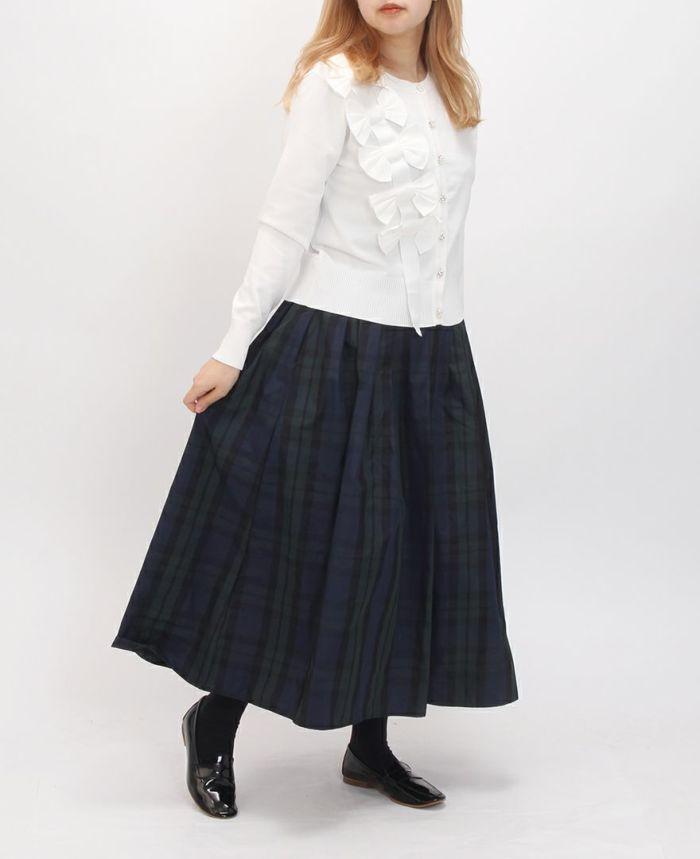 神戸・山の手タータンスカート マキシ丈にホワイトのカーデでフェミニンコーデ