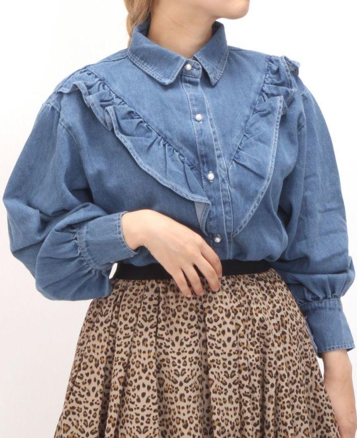 フリルデニムシャツ レオパードスカートと合わせたコーディネート。